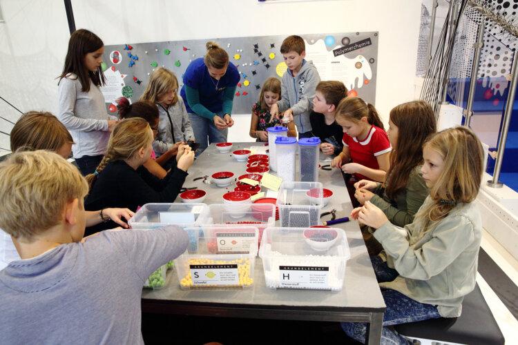 Junge Forscherinnen und Forscher in der ZOOM Mitmachausstellung Kunst | Stoff | Plastik – Woher? Wofür? Wohin?