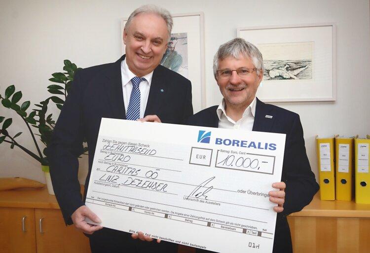 Hubert Puchner, Geschäftsführer Borealis Agrolinz Melamine GmbH überreicht Scheck über 10.000 Euro an Franz Kehrer, Direktor der Caritas OÖ