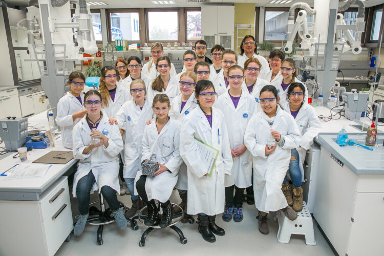 """Die """"Power Girls"""" experimentieren gemeinsam mit Borealis Forschern im Open Lab an der Johannes Kepler Universität in Linz."""