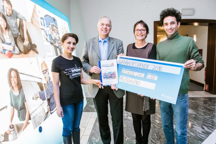 Jürgen Mader, Standortleiter und Geschäftsführer von Borealis in Linz, überreicht einen Scheck