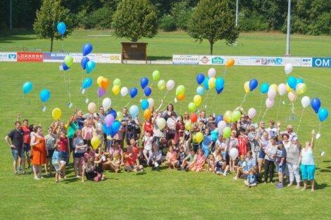 """""""Gruß an den Himmel"""" – Die Gäste des BALU Sommerfestes ließen Luftballons mit ihren Wünschen in den Himmel steigen."""
