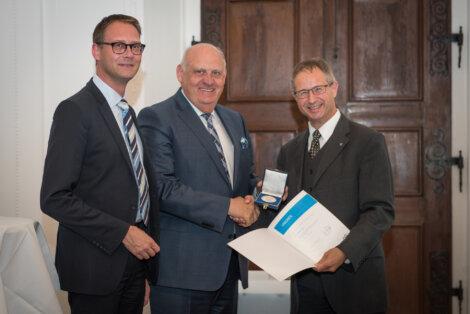 Alfred Stern, Borealis Vorstandsmitglied für Polyolefine und Innovation & Technologie, bekommt die H.F. Mark Medaille verliehen