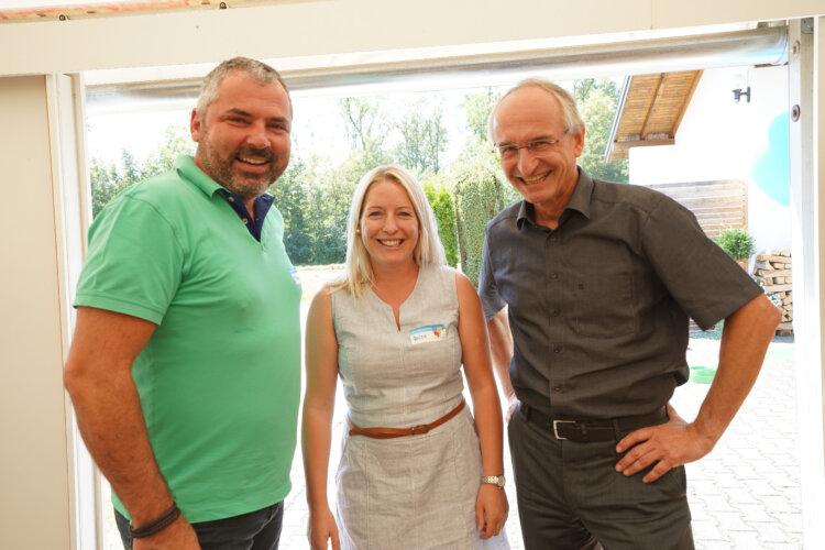 Von links nach rechts: Michael Freutsmiedl zusammen mit Heidi Prinz und Josef Jung beim Borealis Sommerfest im Sportheim Haiming.