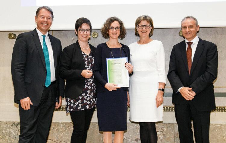 Foto: Virginia Mesicek, Borealis External Communications Manager, erhält einen ASRA 2018 Award für Borealis' Jahresbericht 2017, in der Kategorie GRI Erstbericht