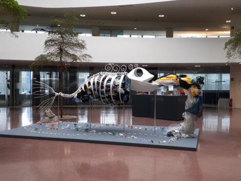 Borealis beauftragte die Künstler Saba Tsereteli und Claire Chaulet des Berliner Künstlernetzwerks Artistania mit der Gestaltung dieses einzigartigen Kunstwerks, welches das Thema Kunststoffmüll in der Meeresumwelt auf dramatische Weise abbildet.