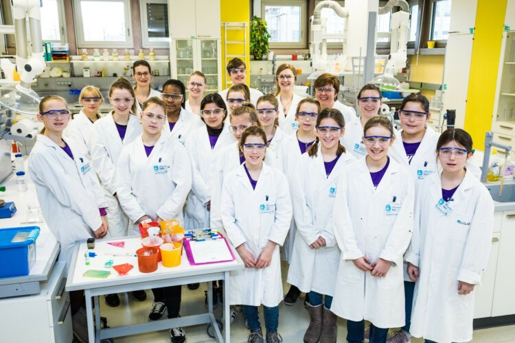 Die Power Girls experimentieren im Open Lab an der JKU in Linz