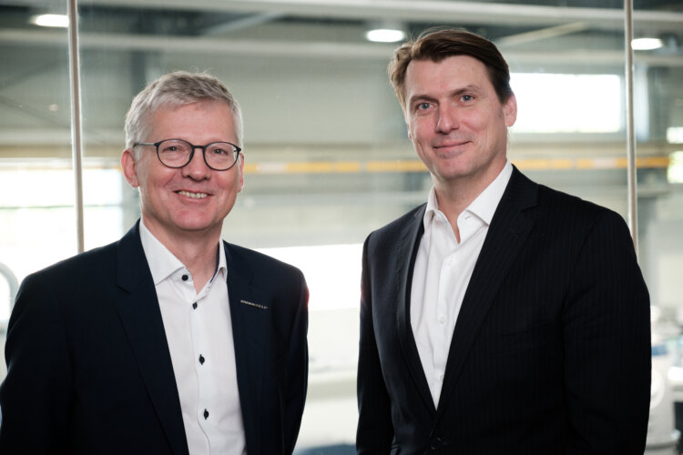 Foto: Manfred Hackl, CEO EREMA Group GmbH (links) mit Günter  Stephan, Head of Mechanical Recycling, Borealis Circular Economy  Solutions, Borealis AG. Foto: © Borealis