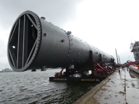 Photo: The propylene splitter arrived in one piece at the quay in Antwerp.