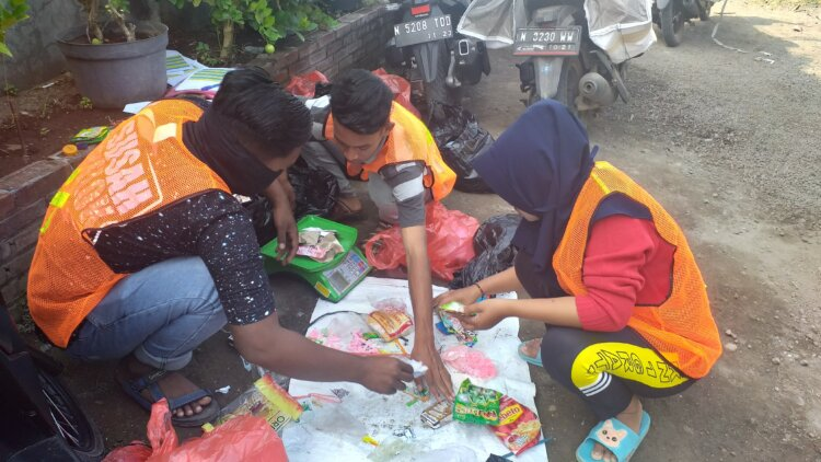 Photo: Project STOP Pasuruan waste workers
