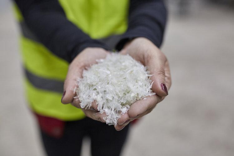 Foto: Die hochmoderne Anlage kann sowohl starre als auch flexible Kunststoff-Haushaltsabfälle recyceln.