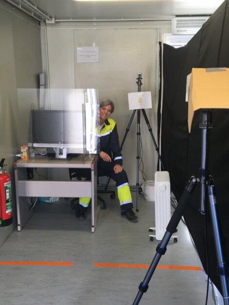 Foto: De infraroodkoortsscanner bij de activiteiten van Borealis in Kallo. HSE-specialist Isabel Baekelandt (afgebeeld) leidde de snelle installatie van dit pilootproject.