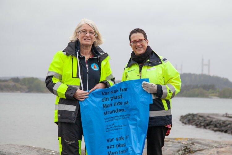 Iva Rauswall Frisk, Borealis överlämnar plastsäckar till Christina Grimpe, Strandstädarna
